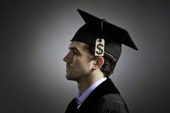 Graduado de universidad con el precio de la cuota, horizontal imagenes de archivo