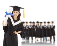 Graduado de universidad de la mujer joven con los estudiantes Imagenes de archivo
