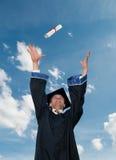 Graduado en diploma que lanza del capote Foto de archivo libre de regalías