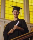 Graduado fêmea da faculdade com diploma Fotos de Stock