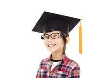 Graduado feliz del niño de la escuela en casquillo de la graduación Foto de archivo libre de regalías
