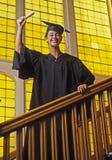 Graduado femenino de la universidad con el diploma fotografía de archivo libre de regalías