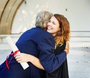Graduado na cerimônia de graduação com família foto de stock