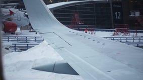 Graduadores das escavadoras dos ventiladores de neve que trabalham na pista de decolagem do aeroporto vídeos de arquivo