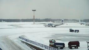 Graduadores das escavadoras dos ventiladores de neve que trabalham na pista de decolagem do aeroporto filme