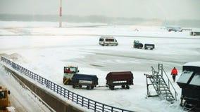 Graduadores de las niveladoras de las quitanieves que trabajan en la pista del aeropuerto almacen de metraje de vídeo