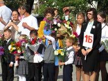 Graduadores pela primeira vez na escola a régua solene no primeiro setembro Fotos de Stock Royalty Free