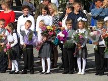 Graduadores por primera vez en la escuela la regla solemne primer de septiembre Imagenes de archivo