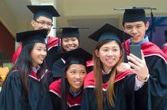 Graduados asiáticos da universidade foto de stock