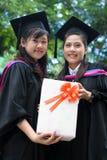 Graduados asiáticos da universidade imagens de stock