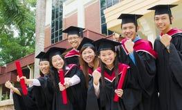Graduados asiáticos da universidade Fotografia de Stock