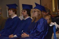 Graduados da High School da escola da casa foto de stock