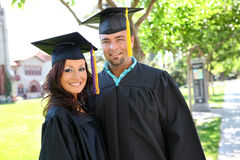 Graduados do homem e da mulher foto de stock