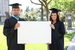 Graduados do homem e da mulher fotos de stock