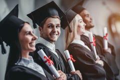 Graduados en universidad fotos de archivo