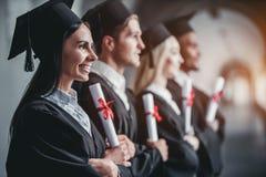 Graduados en universidad imagen de archivo libre de regalías
