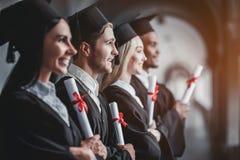 Graduados en universidad foto de archivo libre de regalías