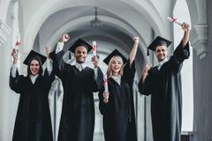 Graduados en universidad fotos de archivo libres de regalías