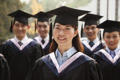 Graduados jovenes en casquillo y vestido Fotos de archivo