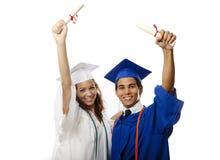 Graduados masculinos y femeninos de la universidad Foto de archivo libre de regalías