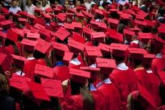 Graduados tampão e vestido vermelhos Fotos de Stock Royalty Free