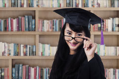 Graduated woman in library Royalty Free Stock Photos