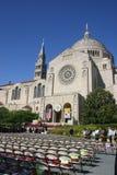 Graduatie CUA bij de Basiliek/het Heiligdom in gelijkstroom Royalty-vrije Stock Afbeeldingen