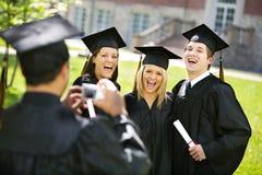 Graduatie: De vrienden lachen voor Camera Stock Fotografie