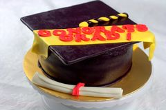 Graduatie gevormde fondantjecake Stock Foto's
