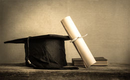 graduatie GLB, hoed met graaddocument op houten lijst Lege klaar royalty-vrije stock fotografie