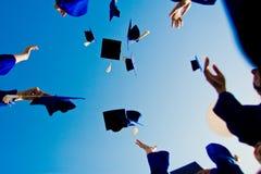 Graduatie - vliegende hoeden in de lucht Royalty-vrije Stock Fotografie