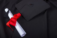 Graduatiedag Een toga, een graduatie GLB, en een diploma en opgemaakte klaar voor graduatiedag stock foto