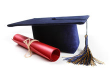 Graduatiehoed en diploma op wit wordt geïsoleerd dat Royalty-vrije Stock Foto's