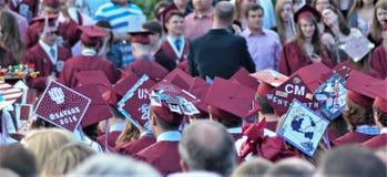 Graduatiemenigte klaar om in viering los te barsten Stock Foto's