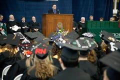 Graduatiespreker: Senator Joe Donnelly Stock Foto