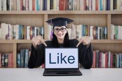 Graduatiestudent in bibliotheek Stock Afbeelding
