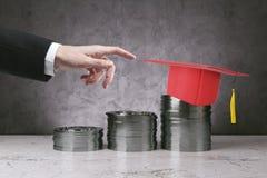 Graduazione, conoscenza e concetto di finanza Immagine Stock