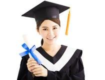 Graduazione femminile sorridente dei giovani con il diploma Fotografia Stock Libera da Diritti