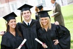 Graduazione: Gruppo di posa degli amici per la macchina fotografica Fotografia Stock