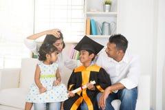 Graduazione indiana felice della famiglia Fotografia Stock