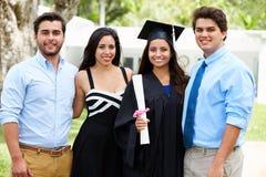 Graduazione ispana di And Family Celebrating dello studente Immagine Stock