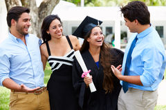 Graduazione ispana di And Family Celebrating dello studente Fotografia Stock Libera da Diritti
