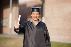 Graduazione sicura di Showing Diploma On dello studente Fotografia Stock Libera da Diritti