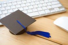 Graducate nakrętka na klawiaturze z myszą, nauczania online online educatio zdjęcia royalty free