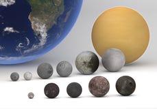Gradui il confronto secondo la misura fra le lune di Urano e di Saturn con terra Fotografie Stock Libere da Diritti