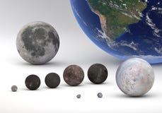 Gradui il confronto secondo la misura fra Urano e lune e terra di Nettuno con la luna Fotografie Stock