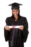 Graduierte Frau, die Zertifikat anhält Stockfotografie