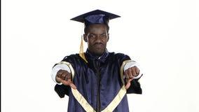 Graduierte Schellfische Student ist umgekippt weiß Abschluss oben stock video footage