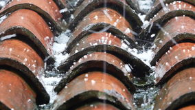 Gradzina spadek na dachowych płytkach