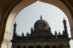 Graf en de moskee Ibrahim Rauza in de stad van Bidzhapur in India Stock Afbeeldingen